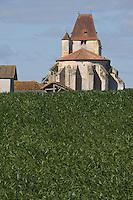 Europe/France/Aquitaine/40/Landes/ Geaune: champ de maîs et église Saint-Jean-Baptiste du XV° siècle