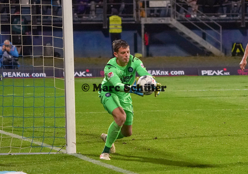 Torwart Benjamin Uphoff (Karlsruher SC) - 04.10.2019: SV Darmstadt 98 vs. Karlsruher SC, Stadion am Boellenfalltor, 2. Bundesliga<br /> <br /> DISCLAIMER: <br /> DFL regulations prohibit any use of photographs as image sequences and/or quasi-video.