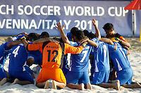 RAVENNA, ITALIA, 11 DE SETEMBRO DE 2011 - COPA DO MUNDO BEACH SOCCER - Jogadores de El Salvador se reuninem no Estádio Del Mare em Ravenna, Itália, apos derrota para Portugal na Copa do Mundo de Beach Soccer. Neste domingo (11). (FOTO: WILLIAM VOLCOV - NEWS FREE).