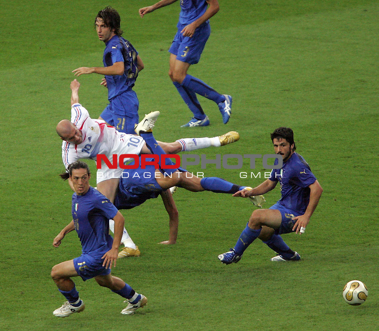 FIFA WM 2006 -  Final - Finale<br /> Play    #64  (09. Juli ) Italien - Frankreich<br /> <br /> Marco Materazzi (Mitte unten) von Italien mit Foul an Zinedine Zidane (Mitte oben) von Frankreich.<br /> <br /> Foto &copy; nordphoto