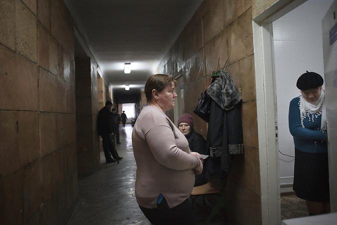 Die G&auml;nge sind voll, im Dezember verzeichnete das Zentrum<br />neuen Neuinfizierte, so viele wie seit langem nicht mehr. Die TBStation<br />verf&uuml;gt &uuml;ber keine eigenen Fahrzeuge, so ist das Pensum<br />der Schwester, die bettl&auml;gerige Patienten zu Hause besucht, um<br />Ihnen Medikamente zu bringen, enorm. // Moldova is still the poorest country of Europe. Hopes to join the European Union are high. After progress in the past years tuberculosis is on the rise again. The number of new patients raise since 2010 and is on a level that has not been reached since the late 90s.