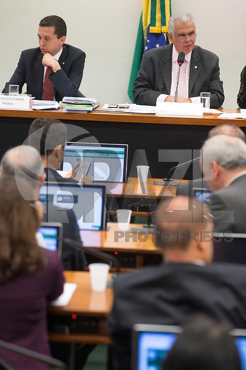 BRASILIA, DF, 19.11.2015 - ÉTICA-REUNIÃO- O relator Fausto Pinato (E) e o presidente, José Carlos Araújo (D) durante Sessão do Conselho de Ética da Câmara, em desfavor do presidente da Câmara, deputado Eduardo Cunha, nesta quinta-feira, 19.(Foto:Ed Ferreira / Brazil Photo Press)