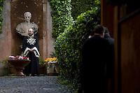 Un Cavaliere di Malta all'ingresso di Villa Magistarle.  Il Sovrano Ordine di Malta è uno dei pochi Ordini nati nel Medio Evo ed ancora oggi attivi, con  una propria costituzione e un proprio passaporto.