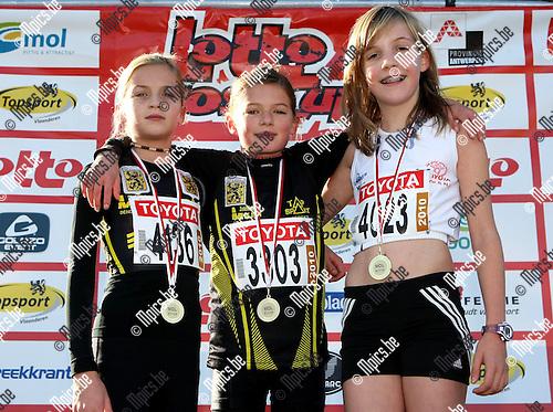 2009-11-08 / Atletiek / Cross Cup Mol / Pupillen Meisjes 99 / .1.DE KINDER KIANA          .LAT  .2.TINCK JUSTINE            .LAT  .3.MEYLAERS ANTSE           .VMOL ...foto: mpics