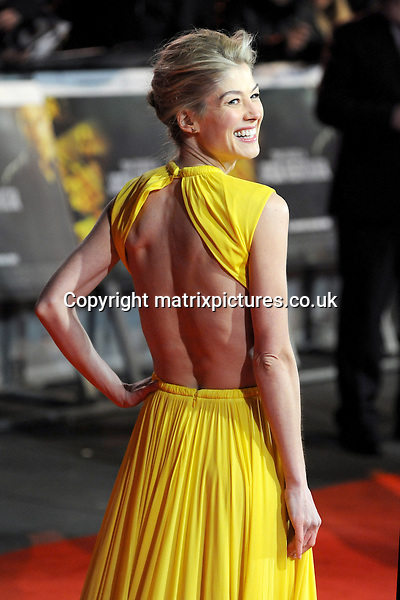 NON EXCLUSIVE PICTURE: PAUL TREADWAY / MATRIXPICTURES.CO.UK.PLEASE CREDIT ALL USES..WORLD RIGHTS..English actress Rosamund Pike attending the world premiere of Jack Reacher, held at the Odeon Leicester Square in central London...DECEMBER 10th 2012..REF: PTY 125852