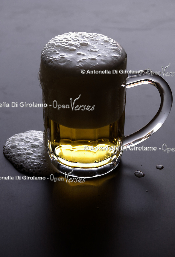 Cibi e bevande. Food and beverages..Bicchiere di birra. Glass of beer..