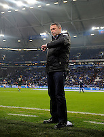 FUSSBALL   1. BUNDESLIGA    SAISON 2012/2013    11. Spieltag   FC Schalke - 04 Werder Bremen                              10.11.2012 Manager Klaus Allofs (SV Werder Bremen) blickt an der Seitenlinie der Veltins Arena auf Schalke auf die Uhr