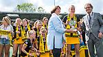 DEN BOSCH - Maartje Paumen (Den Bosch) , die haar laatste wedstrijd voor haar club speelde,na  de finale van de EuroHockey Club Cup, Den Bosch-UHC Hamburg (2-1) , met burgermeester  en Marijke Fleuren (EHF).  COPYRIGHT KOEN SUYK