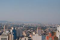 SÃO PAULO-SP-09,10,2014-CLIMA TEMPO SÃO PAULO/VISTA DE CAMADA DE POLUIÇÃO - As temperaturas estão altas na região central e camada de Poluição cobre a cidade . Local:Edifício Martineli,região central da cidade de São Paulo,no meio da tarde dessa Quinta-Feira,09(Foto:Kevin David/Brazil Photo Press)