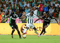 MEDELLIN - COLOMBIA -05 -12-2015: Oscar Murillo (Cent.) jugador de Atletico Nacional disputa el balón con Kevin Balanta (Izq.) y Helibelton Palacios (Der.)  jugadores de Deportivo Cali, durante partido de vuelta por los cuartos de final entre Atletico Nacional y Deportivo Cali, de la Liga Aguila II-2015, en el estadio Atanasio Girardot de la ciudad de Medellin.   / Oscar Murillo (C), player of Atletico Nacional fights for the ball with con Kevin Balanta (L) and Helibelton Palacios (R) players of Deportivo Cali, during a match between Atletico Nacional and Deportivo Cali, for the second leg for the cuarter finals of the Liga Aguila II 2015 at the Atanasio Girardot stadium in Medellin city. Photo: VizzorImage. / Leon Monsalve / Str.