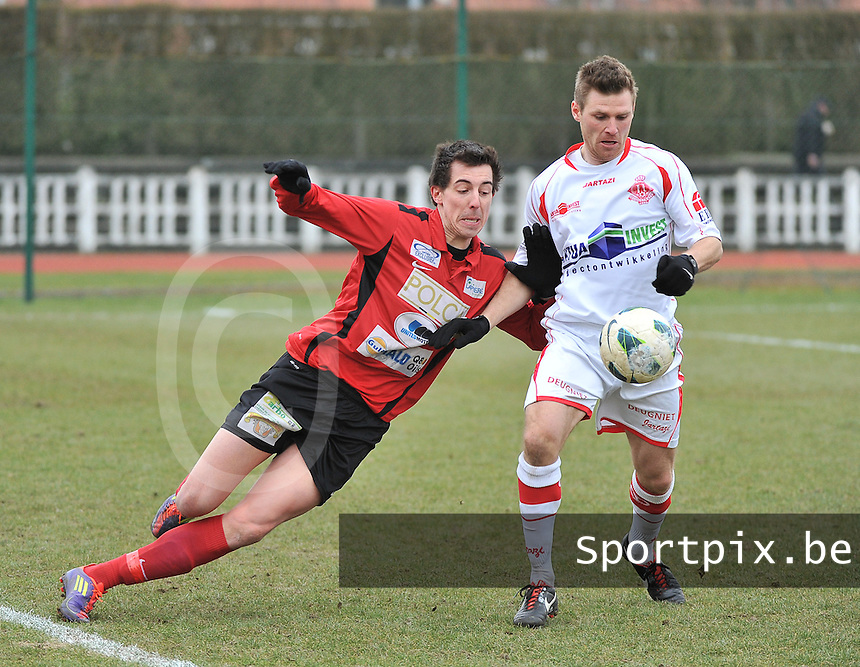 FC Izegem - Hoogstraten VV : duel tussen Dieter Wittesaele (links) en Koen Gommers (rechts).foto VDB / BART VANDENBROUCKE