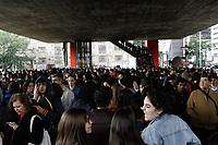SÃO PAULO, SP, 16.07.2019: FILA-MASP-TARSILA-FÉRIAS-SP - Visitantes enfrentam fila gigante para a entrada na exposição Tarsila Popular, que reúne cerca de 120 trabalhos da pintora modernista Tarsila do Amaral, no Museu de Arte de São Paulo (MASP), na avenida Paulista, região central da capital paulista, nesta terça-feira, 16. O Museu tem seus horários de funcionamento estendidos neste mês de julho. A medida segue a tendência de aumento no número de visitas pelo período de férias escolares. (Foto: Fábio Vieira/FotoRua)