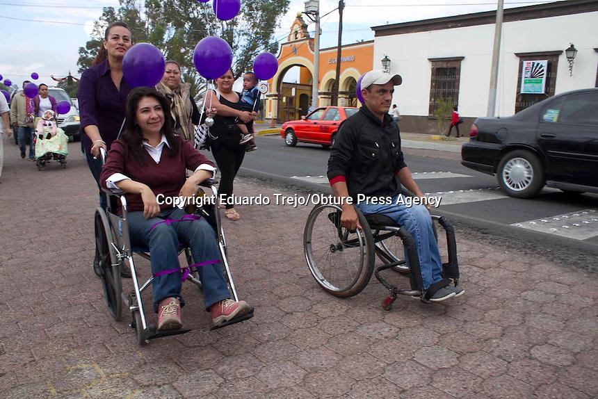 San Juan del R&iacute;o, Qro. 14 diciembre 2014.- Gustavo Buenrostro dirigente del Partido Encuentro social (PES) particip&oacute; en una marcha en silla de ruedas organizada con la intenci&oacute;n de sencibilizar a la poblaci&oacute;n respecto a las personas con capacidades diferentes, partiendo desde el Puente de la Historia hasta el Jard&iacute;n Independencia.<br /> <br /> El dirigente estatal del PES inform&oacute; que en la entidad el 10% de la poblaci&oacute;n cuenta con alguna discapacidad y de estos no m&aacute;s del 3% se ha podido desempe&ntilde;ar en alguna actividad laboral.