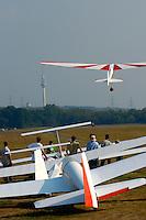 Ka8b: EUROPA, DEUTSCHLAND, HAMBURG 24.09.2005:Bundesjugendvergleichsfliegen 2005 in Hamburg Boberg, Segelflugzeug, Ka 8b im Windenstart, Schulflugzeug, Ausbildung, Segelflugzeuge warten auf Start