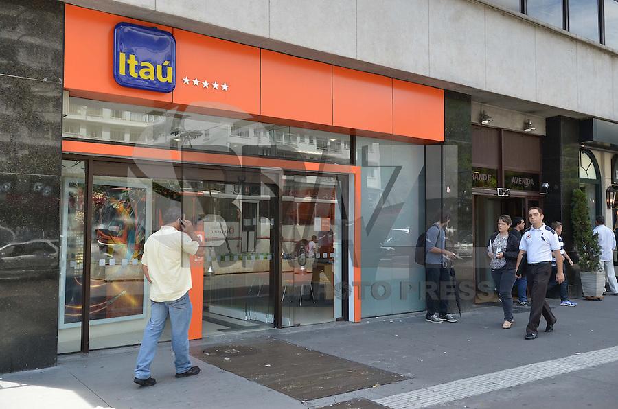 SAO PAULO, 15 DE MARCO DE 2013 - DIA DO CONSUMIDOR - O Procon de São Paulo, no dia do consumidor, divulgou o ranking das empresas que mais sofreram reclamações em 2012 na cidade. Lideram a lista: os Banco Itaú e Bradesco. Na foto, agencia do Banco Itau na Avenida Paulista, regiao central na manha desta sexta feira, 15. (FOTO: ALEXANDRE MOREIRA / BRAZIL PHOTO PRESS)