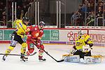 Jerome Flaake (Duesseldorfer EG, Nr. 90) scheitert an Oskar Oestlund (Krefeld Pinguine, Nr. 55)... beim Spiel in der DEL, Duesseldorfer EG (rot) - Krefeld Pinguine (gelb).<br /> <br /> Foto © PIX-Sportfotos *** Foto ist honorarpflichtig! *** Auf Anfrage in hoeherer Qualitaet/Aufloesung. Belegexemplar erbeten. Veroeffentlichung ausschliesslich fuer journalistisch-publizistische Zwecke. For editorial use only.