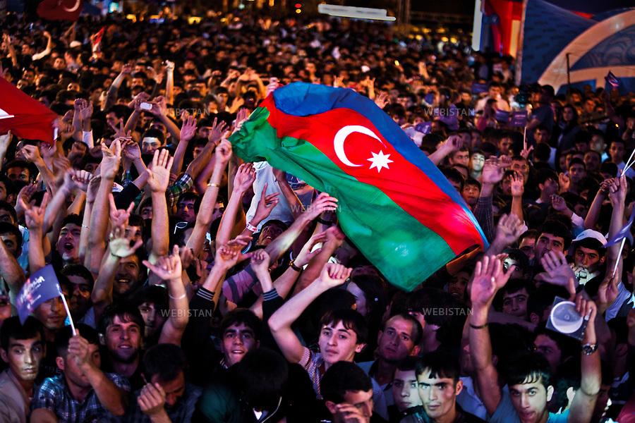 Azerbaijan, Baku, Baku Boulevard, May 22, 2012<br /> Azerbaijani fans gather to watch the 2012 Eurovision Song Contest semi-finals. Supporters wave Azerbaijan&rsquo;s flag at the &ldquo;Light your Fire&rdquo; competition, inspired by &ldquo;Azerbaijan: the Land of Fire.&rdquo; It's after winning the 2011 edition of the famous international contest that Azerbaijan was able to welcome on its soil the contest in 2012.<br /> <br /> <br /> Azerba&iuml;djan, Bakou, boulevard de Bakou, 22 mai 2012. <br /> Les fans azerba&iuml;djanais se rassemblent pour regarder la demi-finale du concours Eurovision de la chanson 2012. Des supporters brandissent le drapeau de l'Azerba&iuml;djan lors de la chanson &quot;Light your fire&quot; (&quot;Allumez le feu&quot;), inspir&eacute;e par &quot;Azerba&iuml;djan: la Terre de Feu.&quot; C'est apr&egrave;s avoir remport&eacute; l'&eacute;dition 2011 du c&eacute;l&egrave;bre concours international que l'Azerba&iuml;djan a pu accueillir sur son sol l'&eacute;dition de 2012.<br /> <br /> Distribution HEMIS
