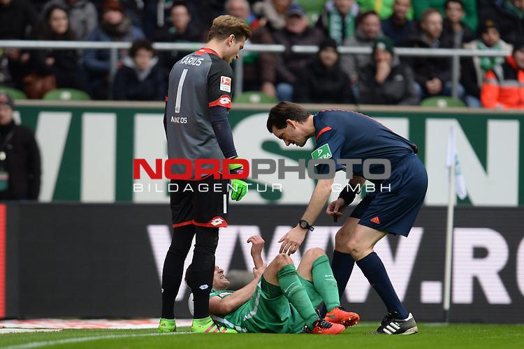 19.03.2016, Weserstadion, Bremen, GER, 1.FBL, Werder Bremen vs FSV Mainz 05, <br /> <br /> im Bild / picture shows<br /> Loris Karius (FSV Mainz 05 #01) und Schiedsrichter / referee Manuel Gr&auml;fe / Graefe schauen nach der Verletzung von Zlatko Junuzovic (Bremen #16), <br /> <br /> Foto &copy; nordphoto / Ewert
