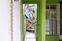 SAO PAULO, SP, 10 MARÇO 2013 -Um carro caiu dentro de uma Residensia na Rua Morapena na Vila Prudente apos o desmoronamento do murro de arrimo (FOTO: ADRIANO LIMA / BRAZIL PHOTO PRESS).