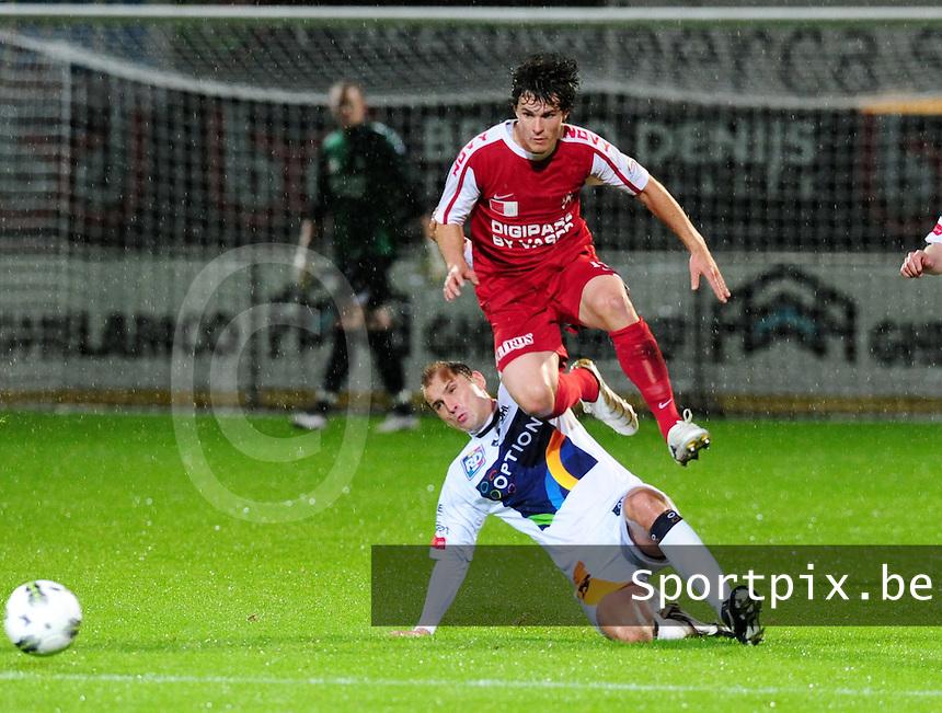 KV Kortrijk - OH Leuven : Maxime Annys probeert Gertjan De Mets onderuit te halen.foto VDB / BART VANDENBROUCKE