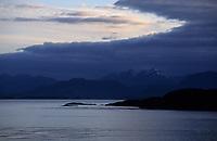 USA/Etats-Unis/Alaska/Env de Ketchikan : La mer et les montagnes enneigées dans la lumière du soir