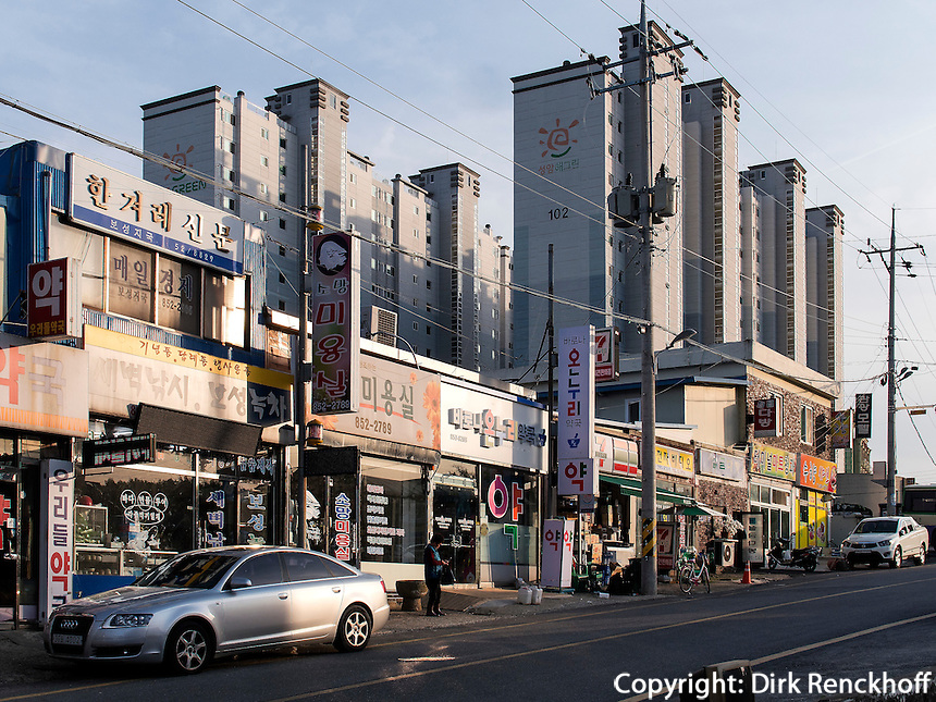 Stra&szlig;e mit L&auml;den und Wohnbl&ouml;cke in Boseong, Provinz Jeollanam-do, S&uuml;dkorea, Asien<br /> Shops and apartment blocks in  Boseong,, province Jeollanam-do, South Korea, Asia
