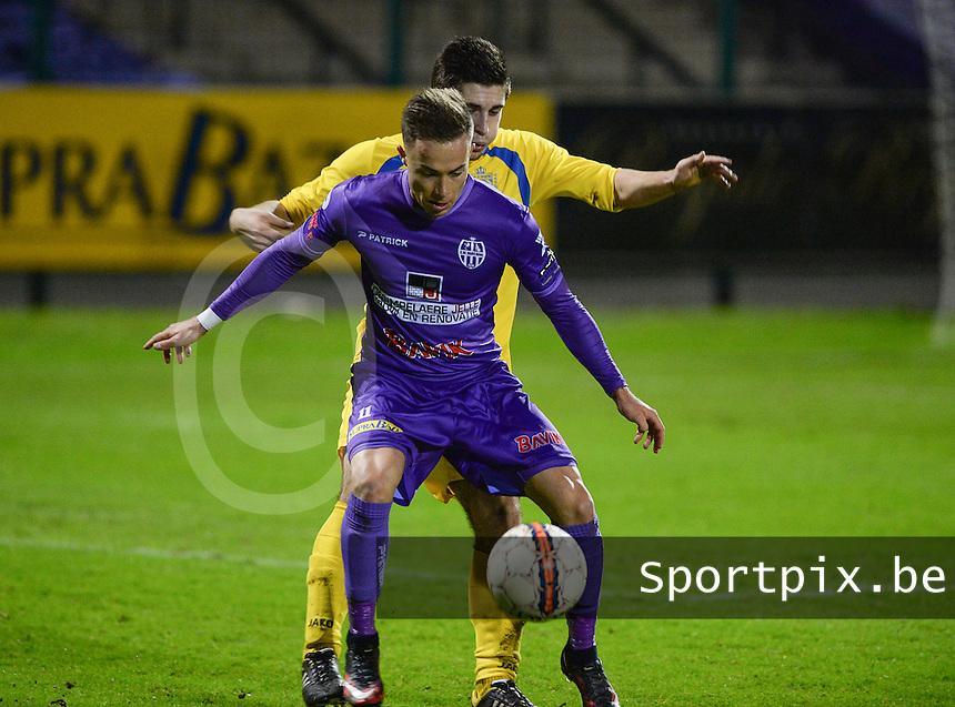 SW Harelbeke - FC Sporting Sint-Gillis-Waas : Gianny Vanhaecke (voor) aan de bal voor Maxim Laeremans <br /> Foto VDB / Bart Vandenbroucke