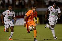ENVIGADO- COLOMBIA -22-04-2016: Yonatan Murillo (Cent.) jugador de Envigado FC disputa el balón con Luis Murillo (Izq.) y Jesus Merimon (Der.) jugadores de Once Caldas, durante partido Envigado FC y Once Caldas por la fecha 14 de la Liga Aguila I 2016, en el estadio Polideportivo Sur de la ciudad de Envigado. /  Yonatan Murillo (C) player of Envigado FC, fights for the ball with con Luis Murillo (L) and Jesus Merimon (R) players of Once Caldas, during a match Envigado FC and Once Caldas for the date 14 of the Liga Aguila I 2016 at the Polideportivo Sur stadium in Envigado city. Photo: VizzorImage / Leon Monsalve / Cont.