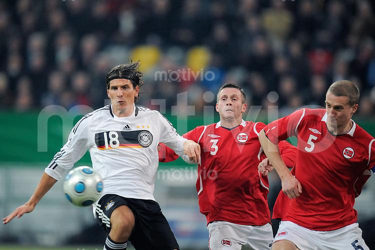 Fussball   International  Freundschaftsspiel    Saison 2008/2009 11.02.2009  Deutschland - Norwegen Mario GOMEZ (li, GER) im Zweikampf mit Kjetil WAEHLER (Mitte) und Brede HANGELAND (re, beide NOR).