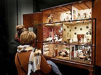 Nederland Amsterdam  2016 03 13.  Het Rijksmuseum. Bezoekers bekijken een poppenhuis.  Foto Berlinda van Dam / Hollandse Hoogte