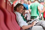 12.05.2018, OPEL Arena, Mainz, GER, 1.FBL, 1. FSV Mainz 05 vs SV Werder Bremen<br /> <br /> im Bild<br /> Frank Baumann (Gesch&auml;ftsf&uuml;hrer Fu&szlig;ball Werder Bremen) auf Trainerbank, Baumann bl&auml;ttert im Stadionmagazin, <br /> <br /> Foto &copy; nordphoto / Ewert