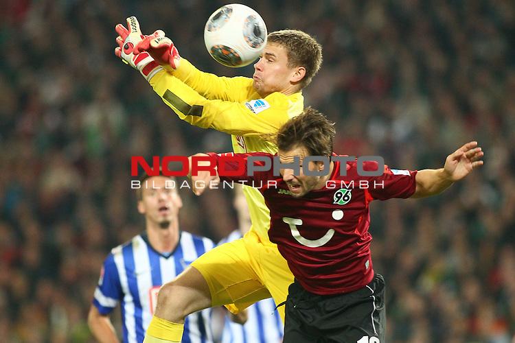 04.10.2013, HDI Arena, Hannover, GER, 1.FBL, Hannover 96 vs Hertha BSC, im Bild  Thomas Kraft (Herta #1) und Szabolcs Huszti (Hannover #10)<br />   // during the match GER, 1.FBL, HDI Arena, Hannover 96 vs Hertha BSC, Hannover, Germany, on 04/10/2013,<br /> Foto &copy; nph / Schrader