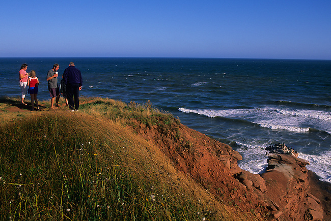 CANADA, PRINCE EDWARD ISLAND NATIONAL PARK, BEACH, CLIFF (RED SOIL), TOURISTS
