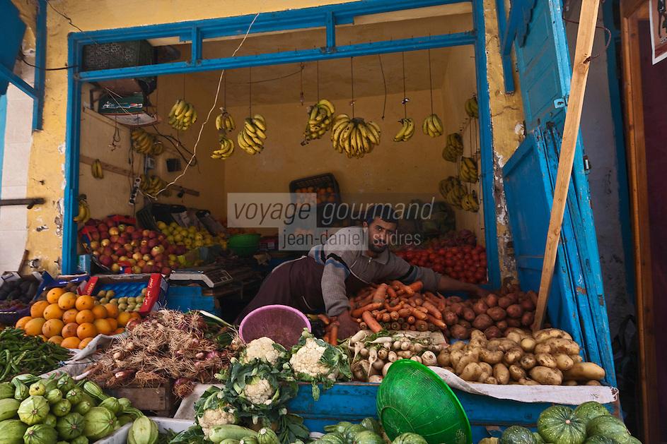 Afrique/Afrique du Nord/Maroc/Essaouira: Scène de rue dans la médina - Etal de fruits et légumes dans le souk