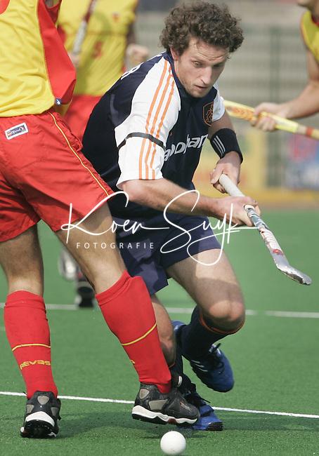 Champions Trophy Hockey mannen Nederland-Spanje. Ronald Brouwer passeert de Spanjaard Sergi Enrique.
