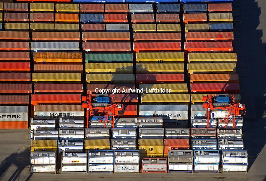 Container und Carrier am Burchardkaii: EUROPA, DEUTSCHLAND, HAMBURG, (EUROPE, GERMANY), 15.03.2016 Der HHLA Container Terminal Burchardkai ist die groesste und aelteste Anlage für den Containerumschlag im Hamburger Hafen. Hier, wo 1968 die ersten Stahlboxen abgefertigt wurden, wird heute etwa jeder dritte Container des Hamburger Hafens umgeschlagen. 25 Containerbruecken arbeiten an den Tausenden Schiffen, die hier jaehrlich festmachen, und taeglich werden mehrere Hundert Eisenbahnwaggons be- und entladen. Mit dem laufenden Aus- und Modernisierungsprogramm wird die Kapazität des Terminals in den kommenden Jahren schrittweise ausgebaut. <br /> Der wichtigste und bekannteste Containertyp ist der 40 feet Container fuer die Handelsschifffahrt mit den Maßen 12,192 × 2,438 × 2,591 m. Von diesem Containertyp nach ISO 668 (freight container) sind ueber Millionen im Verkehr.<br /> Der Fracht- oder Schiffscontainer wurde im Jahr 1956 von dem Reeder Malcolm McLean an der US-Ostkueste fuer den Gueterverkehr eingefuehrt.  Die Frachtcontainer wurden zur Basis der Globalisierung der Wirtschaft; mit ihnen wird u. a. der Grossteil des Warenhandels mit Fertigprodukten abgewickelt. <br /> 20-Fuß-Container – die sogenannten TEU (Twenty-foot Equivalent Unit) – und 40-Fuß-Container (FEU = forty foot equivalent unit):<br /> Die 20'-Standardcontainer messen (außen) 6,058 × 2,438 × 2,591 Meter. Ein Container Carrier bring einen Container zu einem fest bestimmten Platz.