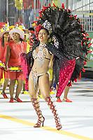 SANTOS, SP, 29.01.2016 - CARNAVAL-SANTOS - Integrantes da escola de samba Unidos da Baixada, durante desfile do Carnaval de Santos 2016 na Passarela do Samba Dráusio da Cruz, na zona noroeste em Santos/SP, nesta sexta-feira, 29. (Foto: Flavio Hopp / Brazil Photo Press)