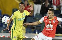 BOGOTÁ -COLOMBIA, 09-07-2017: Anderson Plata (Der.) jugador de Santa Fe disputa el balón con John Edison Mosquera (Izq.) jugador del Nacional durante el encuentro entre Independiente Santa Fe y Atletico Nacional por la fecha 1 de la Liga Aguila II 2017 jugado en el estadio Nemesio Camacho El Campin de la ciudad de Bogota. / Anderson Plata (R) player of Santa Fe struggles for the ball with John Edison Mosquera (L) player of Nacional during match between Independiente Santa Fe and Atletico Nacional for the date 1 of the Aguila League II 2017 played at the Nemesio Camacho El Campin Stadium in Bogota city. Photo: VizzorImage/ Gabriel Aponte / Staff
