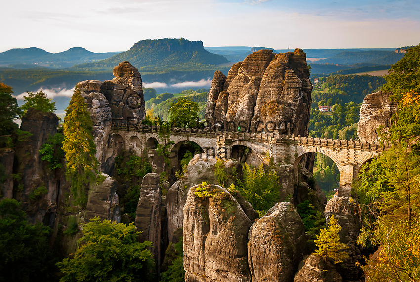 Deutschland, Freistaat Sachsen, Saechsische Schweiz, Elbsandsteingebirge, weltberuehmte Bastei,  Aussichtpunkt, Basteibruecke und Tafelberg Lilienstein | Germany, the Free State of Saxony, Saxon Switzerland, Elbe Sandstone Mountains, world famous Bastei, viewpoint, Bastei Bridge and table mountain Lilienstein
