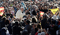 Papa Francesco saluta i fedeli al suo arrivo all'udienza generale del mercoledi' in Piazza San Pietro, Citta' del Vaticano, 11 ottobre, 2017.<br /> Pope Francis waves to faithful as he arrives for his weekly general audience in St. Peter's Square at the Vatican, on October 11, 2017.<br /> UPDATE IMAGES PRESS/Isabella Bonotto<br /> <br /> STRICTLY ONLY FOR EDITORIAL USE