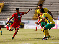 NEIVA - COLOMBIA -13 -07-2016: Carlos Robles (Der.) jugador de Atletico Huila disputa el balón con Jown Cardona (Izq.) jugador de Atletico Bucaramanga, durante partido entre Atletico Huila y Cortulua, por la fecha 3 de la Liga Aguila II 2016 en el estadio Guillermo Plazas Alcid de Neiva. / Carlos Robles (R), player of Atletico Huila vies for the ball with Jown Cardona (L) player of Atletico Bucaramanga, during a match between Atletico Huila and Cortulua, for the date 3 of the Liga Aguila II 2016 at the Guillermo Plazas Alcid Stadium in Neiva city. Photo: VizzorImage  / Sergio Reyes / Cont.