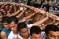 Promesseiros levantam a corda em homenagem a Nossa Senhora de Nazaré. O Círio ocorre a mais de 200 anos em Belém e as estimativas são de que mais de 1.500.000 pessoas acompanhem à procissão.<br />Belém-Pará-Brasil<br />12/10/2003<br />©Foto: Paulo Santos/Interfoto<br />Digital
