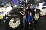 Foto: VidiPhoto<br /> <br /> GORINCHEM &ndash; Duizenden agrari&euml;rs uit Nederland en Belgi&euml; togen woensdag naar Gorinchem voor de jaarlijkse rundvee &amp; mechanisatie vakdagen. Woensdag is het vooral de dag van de jeugd. Boerengezinnen met hun kinderen en leerlingen en studenten van agrarische opleidingen kwamen massaal naar het rivierengebied om de nieuwste landbouwmachines, producten en ontwikkelingen in de sector te bekijken. Maar vooral ook om zelf uit te proberen. De landbouwsector loopt voorop als het gaat om duurzame technieken en schone energie. Voor veel agrari&euml;rs is de beurs ook een plek om collega's te ontmoeten en gezellig bij te praten. De vakbeurs duurt tot en met donderdag en is de grootste op dit gebied in Nederland.