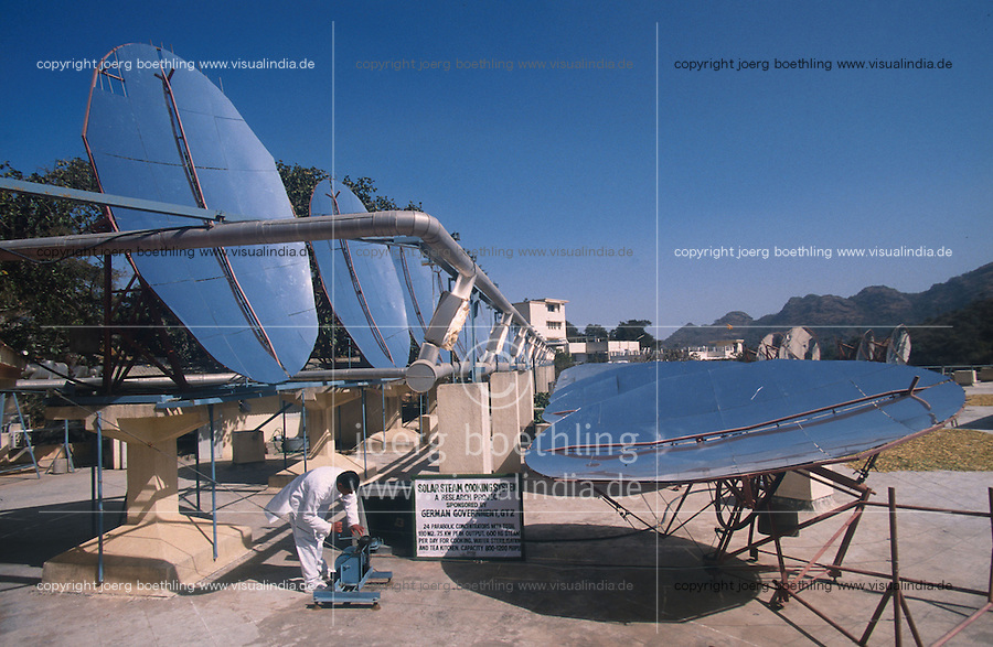 INDIA, Rajasthan, parabol mirror of worlds largest solar cooker at Brahma Kumari Ashram in Mt. Abu, the unit produce steam with sunlight which is used in the ashram kitchen to prepare 20.000 meals a day / INDIEN Rajasthan, Parabolspiegel des weltgroessten Solarkochers im Brahma Kumari Ashram in Mt. Abu, mit Hilfe der Sonnernergie wird Dampf erzeugt, der in der Grosskueche fuer die Zubereitung von 20.000 Mahlzeiten taeglich genutzt werden kann