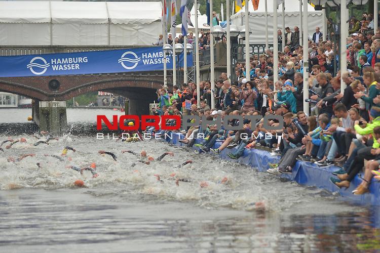 20160716,  Innenstadt, Hamburg, GER, Hamburg Wasser World Triathlon, Elite Maenner Sprintdistanz, im Bild die Maenner schwimmen in die Alster vor dem Hamburger Rathaus Foto © nordphoto / Witke