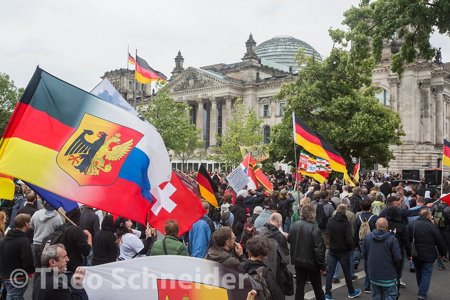 """Der rechte Aufzug zog am Reichstag vorbei. Einige trugen Russland und Deutsch-Russische Flaggen // Rund 500 Neonazis zogen unter dem Motto """"Merkel muss weg"""" durch Berlin."""