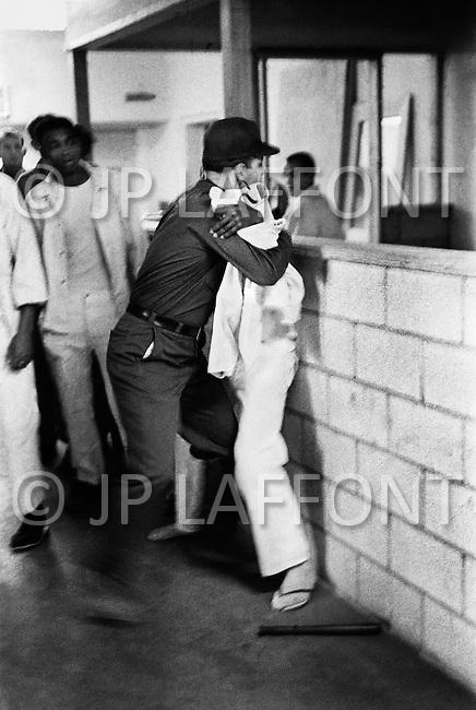 Cummins, AR - February 3rd 1968<br /> Using my presence, a prisoner tries to start some disturbance. He is subdued by a guard in the Cummins unit of Arkansas State Penitentiary. <br /> Cummins, Arkansas. 3 f&eacute;vrier 1968.<br /> Rassur&eacute; par ma pr&eacute;sence, &eacute;tant certain que je vais photographier l'incident, un prisonnier se jette sur un garde pour d&eacute;clencher une &eacute;meute. Il sera imm&eacute;diatement terrass&eacute; et tout rentrera dans l'ordre en quelques secondes.
