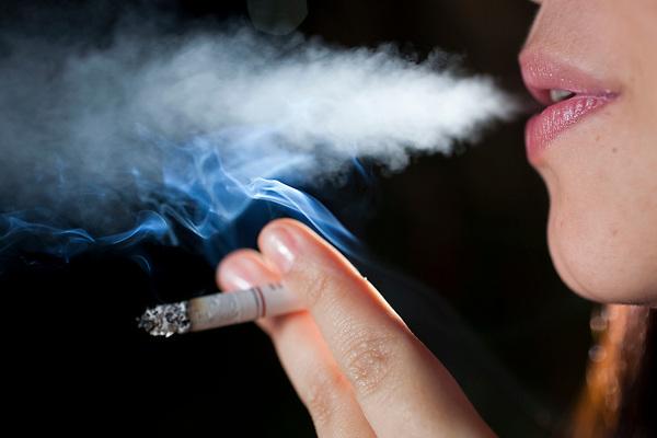 Belo Horizonte_MG, 31 de maio de 2011<br /> <br /> Fumantes<br /> <br /> Na foto, mulher fumando um cigarro.<br /> <br /> <br /> Foto: NIDIN SANCHES / NITRO