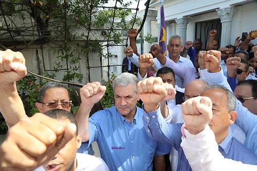 Gonzalo Castillo con dirigentes del PLD.
