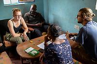 SAMBIA, Distrikt Sinazongwe, Freiwilligendienst bei KDF in Sinazese, Frieda Marie Schmitz und Simon Katzmair arbeiten im KDF Jugend Zentrum
